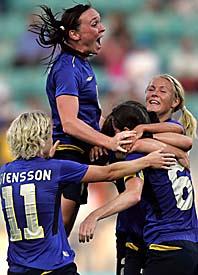 En massa glada svenska fotbollsdamer. Foto: Pressens Bild