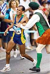 Maratonlöparen Vanderlei de Lima knuffades av en åskådare under loppet. Foto: Jiro Mochizuki/PrB.