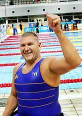 Anders Olsson jublar över sitt OS-guld i simning. Foto: Jonas Ekströmer/PrB.