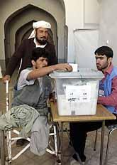 Taj Muhamed förlorade sina ben när en mina sprängdes. I helgen röstade han i Afghanistans första val. Foto: Pressens Bild