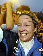Victoria Svensson jublar över DiF/Älvsjös SM-guld. Foto: Mark Earthy/PrB