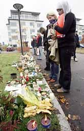 Många människor har tänt ljus och lagt ner blommor vid platsen där morden hände i Linköping. Foto: Jack Mikrut/Pressens Bild