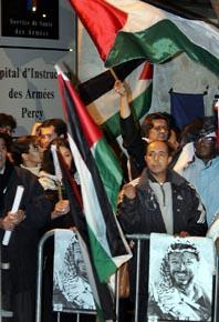 Oroliga palestinier är samlade utanför sjukhuset i Paris. Foto: Pressens Bild