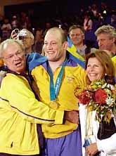 Mikael Ljungberg gratuleras av kungen och Silvia efter OS-guldet i brottning i Sydney. Foto: Jan Collsiöö/PrB.