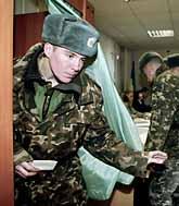 En soldat är på väg att rösta i Ukraina. Foto: Efrem Lukatsky/PrB