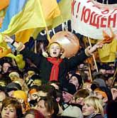 Folk jublar i Ukraina. Det blir ett nytt val. Foto: Pressens Bild