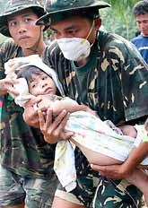Ella Mae Sor räddas ur det rasade huset. Foto: Pressens Bild