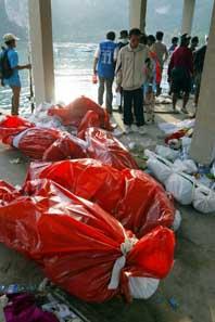 Döda kroppar körs med båt från den thailändska ön Phi Phi. Foto: Pressens Bild.