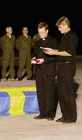 Kistor med svenska flaggor. De första döda svenskarna flygs hem från Thailand. På flygplatsen hålls en minnesstund. Foto: Vincent Yu/Pressens Bild