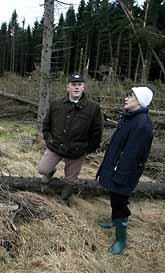 Jordbruksminister Ann-Christin Nykvist på besök i Västergötland som att se skadorna av stormen. Foto: Johan Främst/PrB