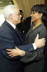 Palestiniernas president Mahmoud Abbas kramas USAs utrikesminister Condoleezza Rice. Foto: Awad Awad/PrB