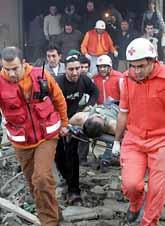 Räddningspersonal hjälper dem som skadades av bomben i Libanon. Minst tolv personer dog. Foto: Adnan Hajj Ali/Pressens Bild