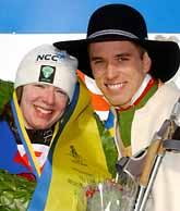 Sofia Bleckur tog hem segern i Tjejvasan. Med på bilden är Markus Lejon som gav henne segerkransen. Foto: Nisse Schmidt/PrB.