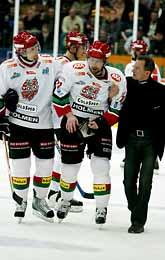 Peter Foppa Forsberg blir hjälpt av isen efter sin skada. Foto: Jimmy Wixtröm/PrB