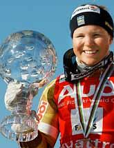 Svenska Anja pärson visar upp priset hon fick för att hon vann världscupen. Foto:Frederick Florin/PrB