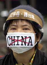Taiwaneserna är rädda för grannlandet Kina. Mannen på bilden är en av de taiwaneser som demonstrerade på måndagen mot Kinas politik. Foto: Jerome Favre/Pressens Bild