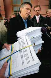 Ministern Jens Orback tar emot listor med namn på svenskar som kräver folkomröstning om EUs nya grundlag. Foto: Jack Mikrut/PrB.