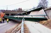 En gångbro i Kil rasade i går. En kvinna som gick på bron dog när den rasade. Foto: Helena Melin/PrB