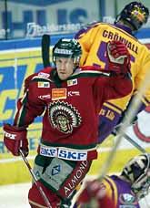 Niklas Andersson jublar. Han har just gjort mål för Frölunda mot Färjestad. Foto: Björn Larsson Rosvall/PrB