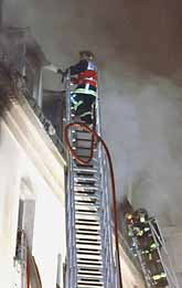 Hotellet var sex våningar  högt. Det tog lång tid för brandmännen att släcka och att rädda människor. Foto: Jacques Brinon/Pressens Bild