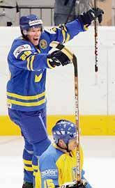 Kenny Jönsson jublar över Sveriges 2-0 mål mot Ukraina. Foto: Sven Nackstrand/PrB