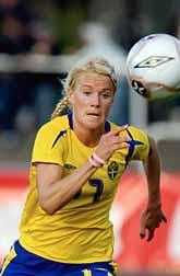Anna Sjöström jagar bollen i matchen mot Holland. Foto: Björn Lindgren /Prb