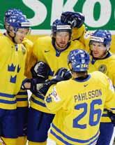 Niklas Kronwall längst till vänster har just gjort Sveriges första mål. Det blev hela 9–1 mot Lettland. Foto: Sven Nackstrand/Pressens Bild
