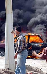 En bil brinner i huvudstaden Bagdad. En man sprängde sig själv och två andra människor i luften. På onsdagen exploderade många bomber i Irak. Foto: Ali Al-Shouk/Pressens Bild