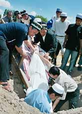 Folk i Uzbekistan begraver de döda efter helgens strider. Foto: Denis Sinyakov/PrB