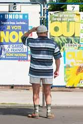 En man i Frankrike funderar på om han ska rösta ja eller nej till EUs grundlag. Foto: Mychele Daniau/PrB.