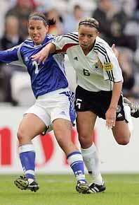 Hård kamp om bollen i EM-matchen mellan Tyskland och Finland. Foto: Martyn Harrison/PrB