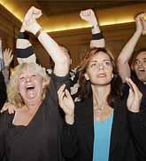 Holländare jublar efter resultatet i folkomröstningen om EUs grundlag. Foto Bas Czerwinski/PrB.