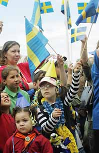 I Södertälje viftades det med svenska flaggor. Statsministern talade vid Torekällberget. Flera tusen människor hade kommit dit. Foto: Jonas Ekströmer/Pressens Bild