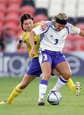 Malin Moström i kamp mot finländskan Jessica Julin. Matchen slutade oavgjort. Foto: Martyn Harrison/Pressens Bild