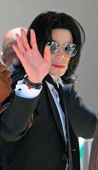Michael Jackson vinkar till sina fans vid rättegången. Foto: Machael Mariant/PrB