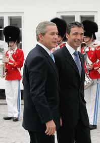 USAs president George Bush är på besök hos danska statsministern Anders Fogh Rasmussen. Foto: Charles Dharapak/Pressens Bild