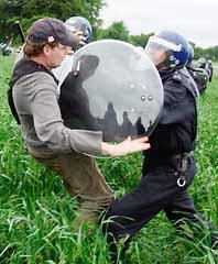 En polis stoppar en demonstrant som försöker ta sig in på hotellet där G8-gruppen har sitt möte. Foto: Carl de Souza/PrB
