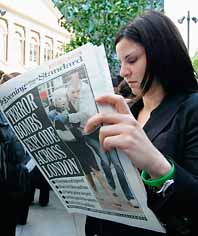 En kvinna i London läser i tidningen om terroristernas bomber. Foto: Paco Serinelli/Pressens Bild