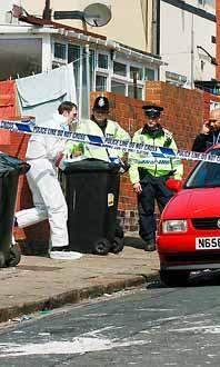 Polisen letar efter spår i ett hus i Beeston nära Leeds. Foto: John Giles/Pressens Bild
