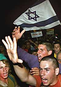 Israeler demonstrerar mot flytten från Gaza. Foto: Tsafrir Abayov/PrB