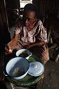 En kvinna i sitt hem i Niger. Foto: George Osodi/Pressens Bild