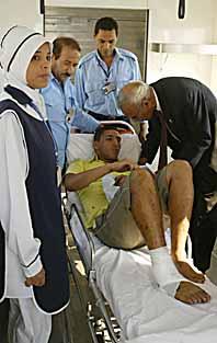 En skadad man får hjälp. Foto: Amro Maraghi/Pressens Bild