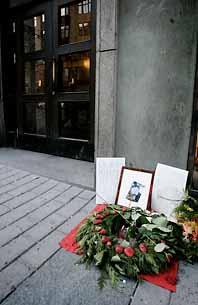 Folk har lagt blommor vid platsen där Marcus Gabrielsson dödades. Foto: Henrik Montgomery/PrB