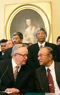 Den finske politikern Martti Ahtisaari ( till vänster på bilden) har hjälpt till att få fred i Aceh i Indonesien. Foto: Oliver Morin/PrB