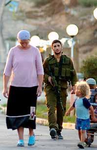 En israelisk kvinna i Gaza-området. Hon måste flytta. Soldater har kommit för att köra bort henne. Foto: Shay Shmueli/PrB
