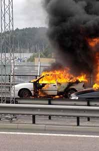 Rånet i Stockholm var ovanligt våldsamt. Rånarna tände eld på bilar när de flydde från polisen. Foto: Stig Amqvist/Pressens Bild