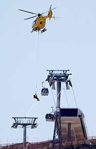 En helikopter räddar människor från den skadade linbanan i Sölden. Foto: Kerstin Joensson/PrB