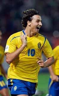 Zlatan jublar. När matchen nästan var slut gjorde han mål. Foto: Ulf Ryd/PrB