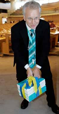 Finansminister Per Nuder med regeringens budget. Foto: Bertil Ericson/PrB