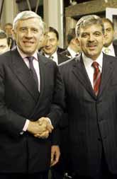 Två glada utrikesministrar. Jack Straw från Storbritannien och Abdullah Gür från Turkiet. Foto: Yves Iogghe/PrB